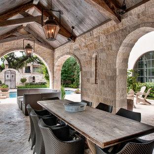 Diseño de patio mediterráneo, en patio trasero, con adoquines de ladrillo y cenador
