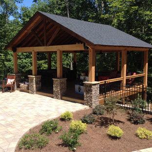 Esempio di un patio o portico american style di medie dimensioni e dietro casa con pavimentazioni in mattoni e un gazebo o capanno
