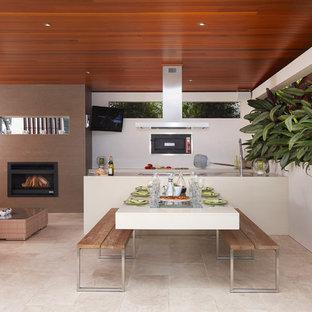 На фото: дворик среднего размера на внутреннем дворе в современном стиле с местом для костра и навесом с