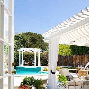 ロサンゼルスのトラディショナルスタイルのおしゃれなテラス・中庭 (パーゴラ) の写真