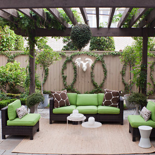 Esempio di un patio o portico tradizionale con una pergola