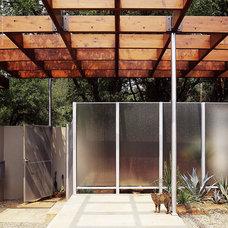 Midcentury Patio by Steinbomer, Bramwell & Vrazel Architects