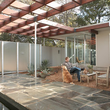 Midcentury Patio by Steinbomer, Bramwell & Vrazel Architects