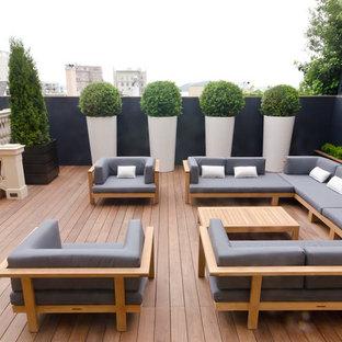 Пример оригинального дизайна: двор в современном стиле с настилом