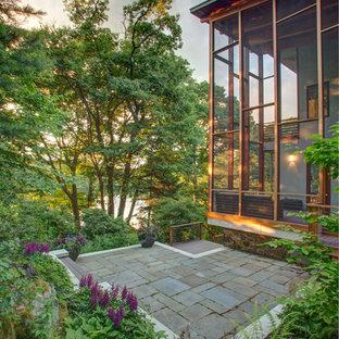Esempio di un patio o portico minimal di medie dimensioni e nel cortile laterale con pavimentazioni in pietra naturale e nessuna copertura