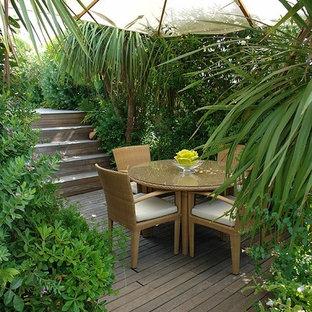 Ispirazione per un piccolo patio o portico mediterraneo in cortile con pedane e un parasole