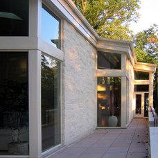 Modern Patio by kimberly peck architect