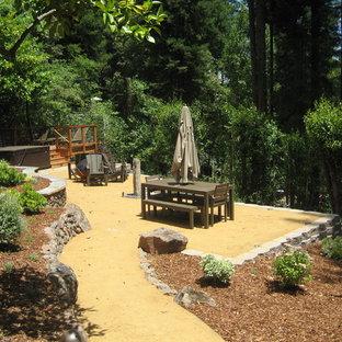 Esempio di un patio o portico classico di medie dimensioni e dietro casa con graniglia di granito, nessuna copertura e un focolare