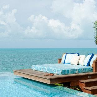 Immagine di un patio o portico tropicale con pedane