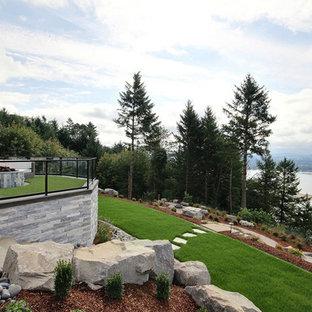 Ispirazione per un ampio patio o portico country dietro casa con un focolare, cemento stampato e nessuna copertura