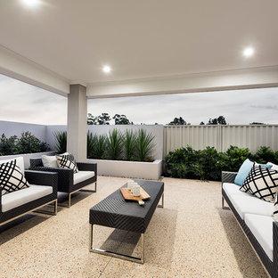 Foto di un patio o portico contemporaneo di medie dimensioni e dietro casa con graniglia di granito e un tetto a sbalzo