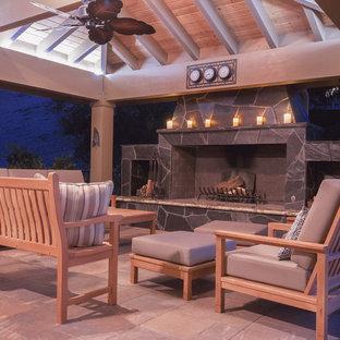 Idee per un patio o portico classico dietro casa con un focolare, pavimentazioni in cemento e un gazebo o capanno