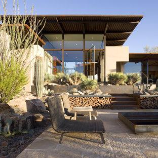 Foto di un patio o portico american style con un focolare