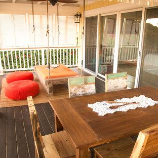 Esempio di un patio o portico stile marino di medie dimensioni e davanti casa con pedane e un parasole