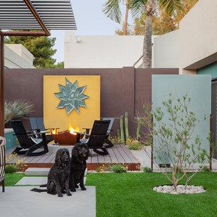 フェニックスの大きいコンテンポラリースタイルのおしゃれな裏庭のテラス (ファイヤーピット、張り出し屋根) の写真