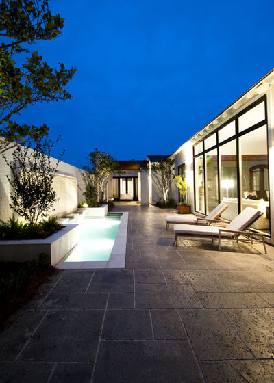 Modern Patio by The Front Door / Dwayne Carruth