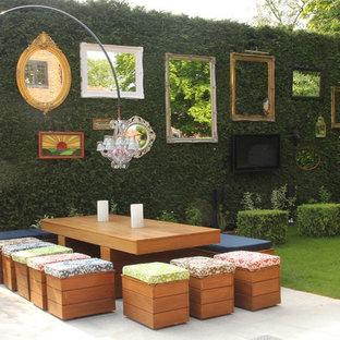 На фото: дворики в стиле фьюжн с вертикальным садом без защиты от солнца