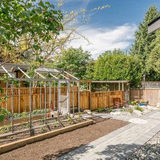 Esempio di un piccolo patio o portico american style dietro casa con pavimentazioni in cemento e nessuna copertura