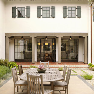 Elegant courtyard patio photo in Los Angeles