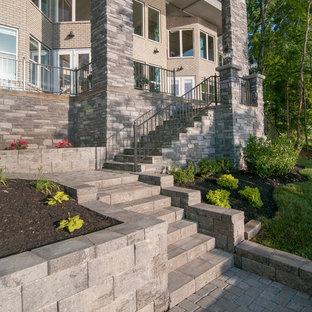 Foto di un ampio patio o portico bohémian dietro casa con pavimentazioni in cemento