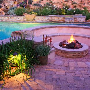 Idee per un patio o portico mediterraneo dietro casa con un focolare e pavimentazioni in cemento