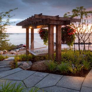 Immagine di un patio o portico stile marino con un gazebo o capanno
