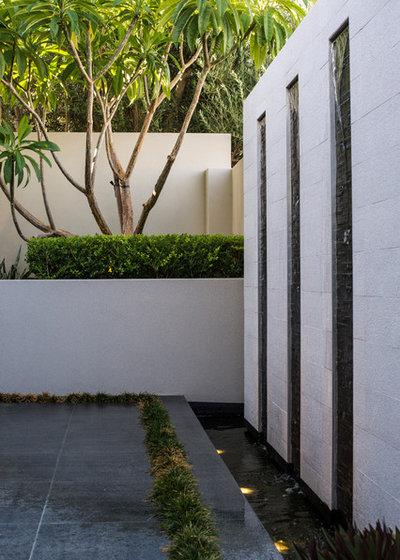 Moderno Patio by Mondo Landscapes