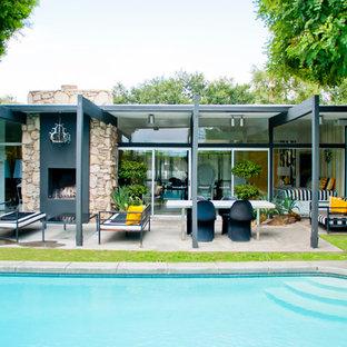 Inspiration pour une petite terrasse et balcon arrière vintage avec un foyer extérieur et une extension de toiture.