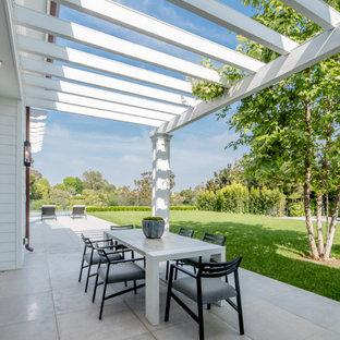 Foto di un patio o portico chic con una pergola