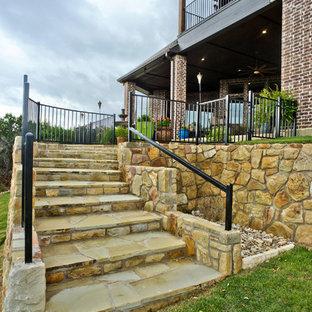 Idee per un grande patio o portico tradizionale dietro casa con graniglia di granito e un tetto a sbalzo