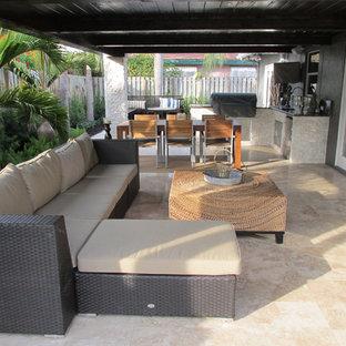 Idee per un patio o portico design con un tetto a sbalzo