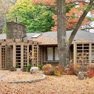Esempio di un patio o portico etnico di medie dimensioni e in cortile con fontane, ghiaia e una pergola