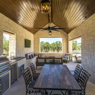 Immagine di un grande patio o portico country dietro casa con pavimentazioni in cemento e un gazebo o capanno