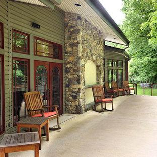 Immagine di un grande patio o portico bohémian dietro casa con pavimentazioni in cemento e un tetto a sbalzo
