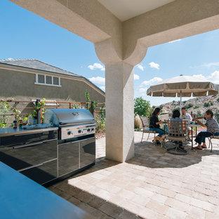 Idées déco pour une terrasse avec une cuisine extérieure sud-ouest américain avec une extension de toiture.