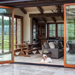 Immagine di un patio o portico country di medie dimensioni e dietro casa con piastrelle e nessuna copertura