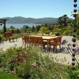 Foto di un grande patio o portico etnico dietro casa con pavimentazioni in pietra naturale e nessuna copertura