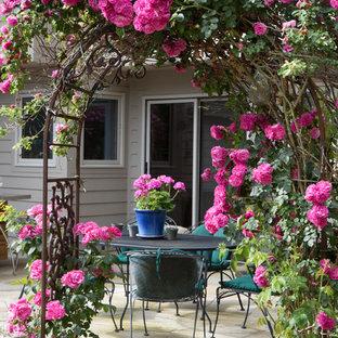 Idee per un grande patio o portico chic in cortile con pavimentazioni in pietra naturale e nessuna copertura
