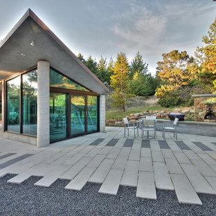 Diseño de patio contemporáneo, de tamaño medio, en patio delantero, con brasero y adoquines de piedra natural