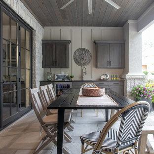 Imagen de patio clásico, de tamaño medio, en patio trasero y anexo de casas, con suelo de hormigón estampado