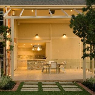 Idee per un grande patio o portico contemporaneo dietro casa con piastrelle e una pergola