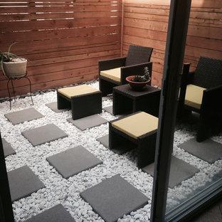 Ispirazione per un piccolo patio o portico moderno in cortile con pavimentazioni in cemento