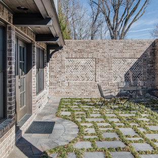 Aménagement d'une terrasse classique avec des pavés en béton.