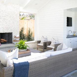 Imagen de patio costero, grande, en patio trasero y anexo de casas, con brasero y adoquines de hormigón
