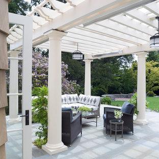 Immagine di un patio o portico vittoriano con una pergola