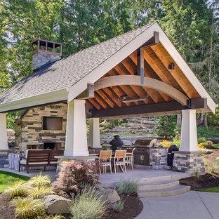 Idee per un patio o portico chic dietro casa con lastre di cemento e un gazebo o capanno