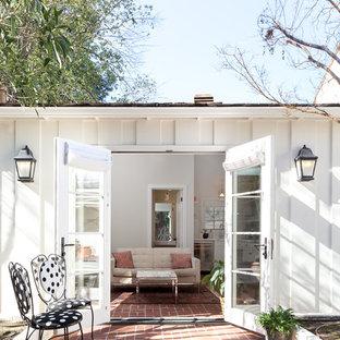 Ispirazione per un patio o portico chic dietro casa con pavimentazioni in mattoni e nessuna copertura