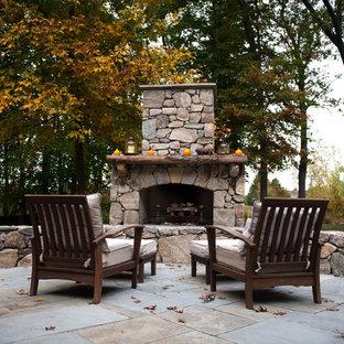 Idee per un patio o portico classico con un focolare