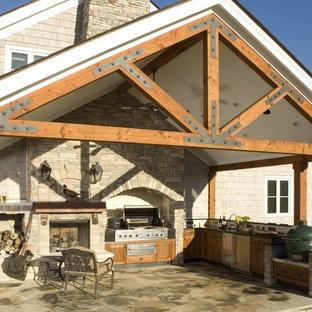 Idee per un patio o portico classico con un focolare e una pergola