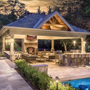 Modelo de patio clásico, en patio trasero, con brasero, adoquines de piedra natural y cenador